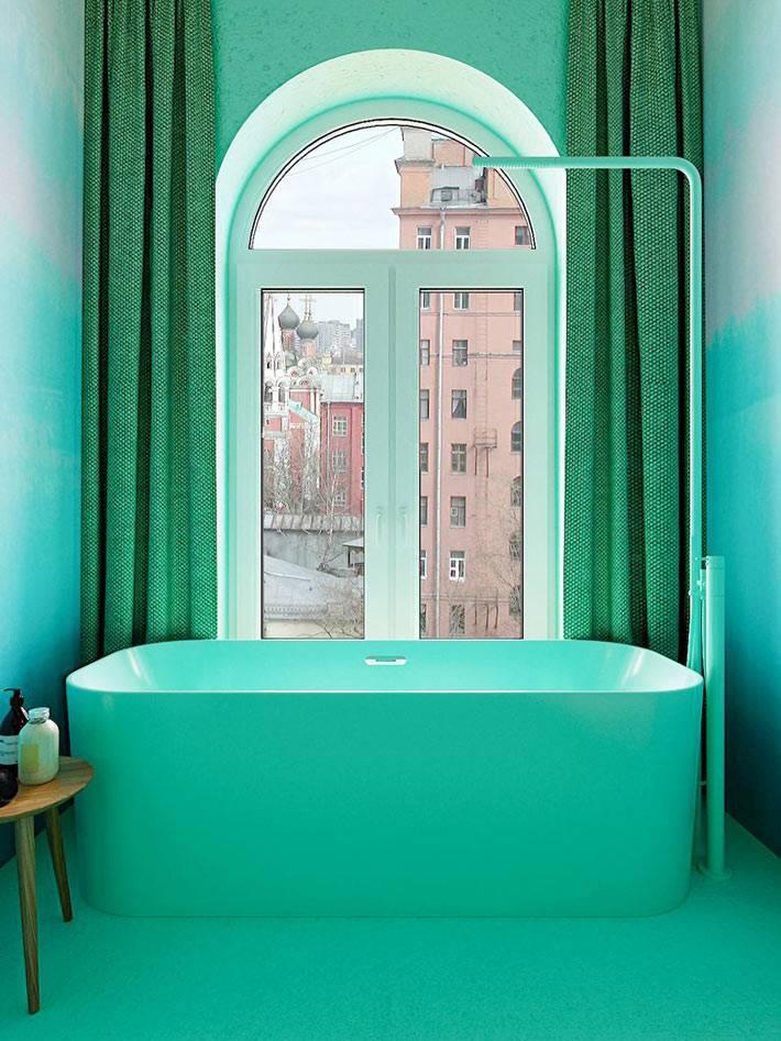 чаша ванной под окном с зелёными шторами фото