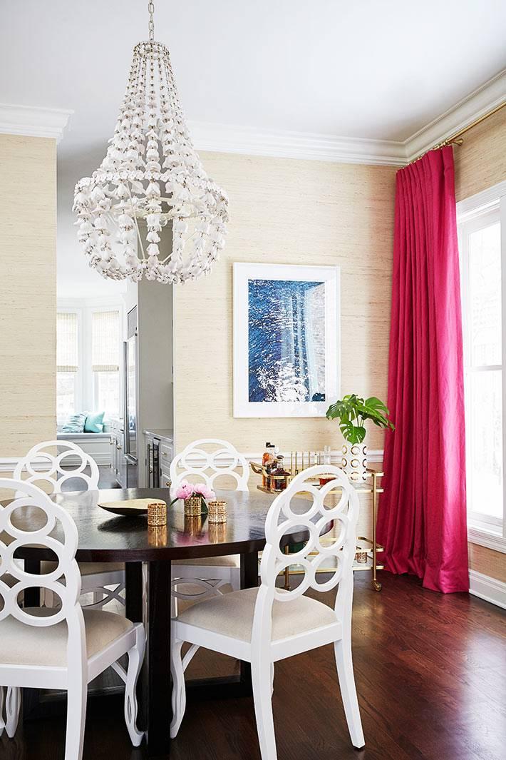 розовые и малиновые шторы в бежевой комнате фото