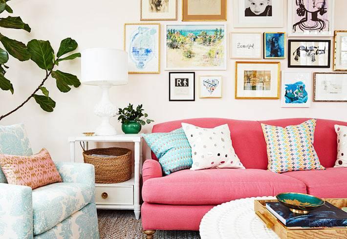 коллаж из картин и фотографий на стене над диваном