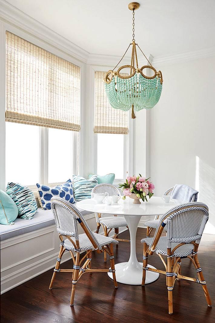 бирюзовые штрихи в декоре комнаты для обедов