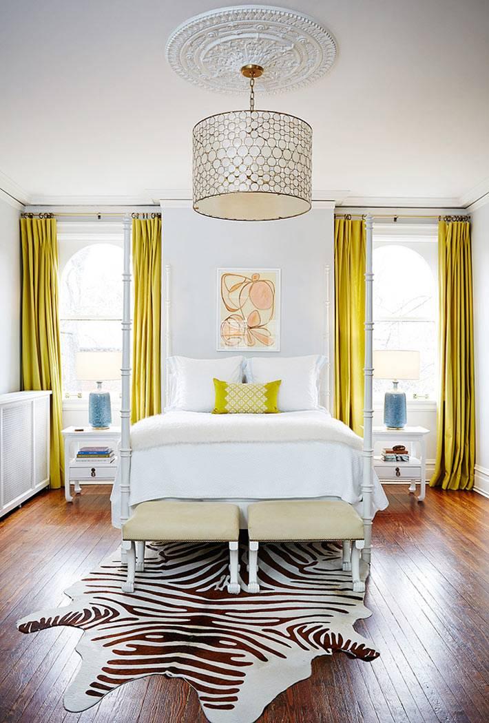 ковер из шкуры зебры на деревянном полу спальни