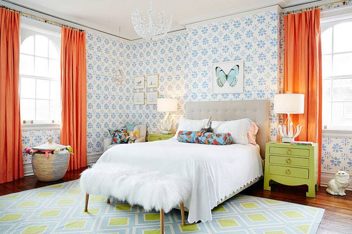 спальня с голубыми обоями и оранжевыми шторами