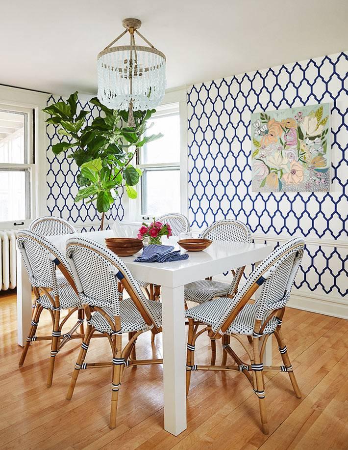 столовая комната с деревянными стульями и фикусом
