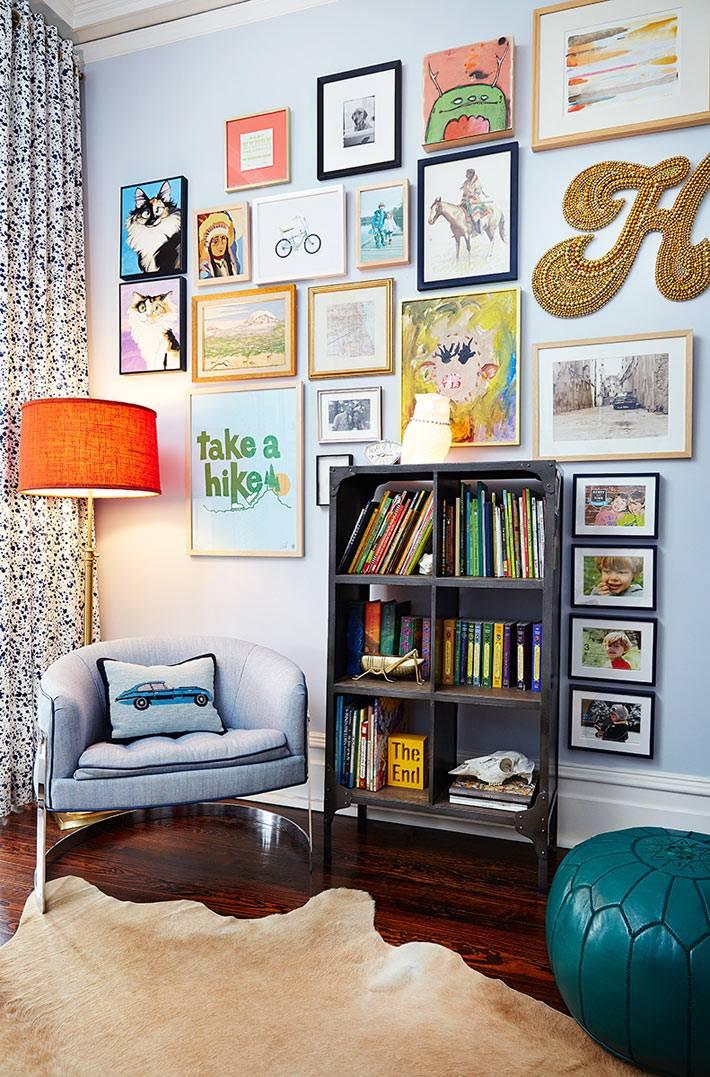 уголок для чтения в комнате подростка со стеллажом и торшером