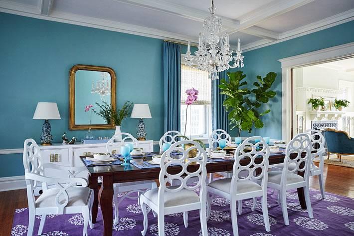 комната с синими стенами, фиолетовым ковром и белой мебелью