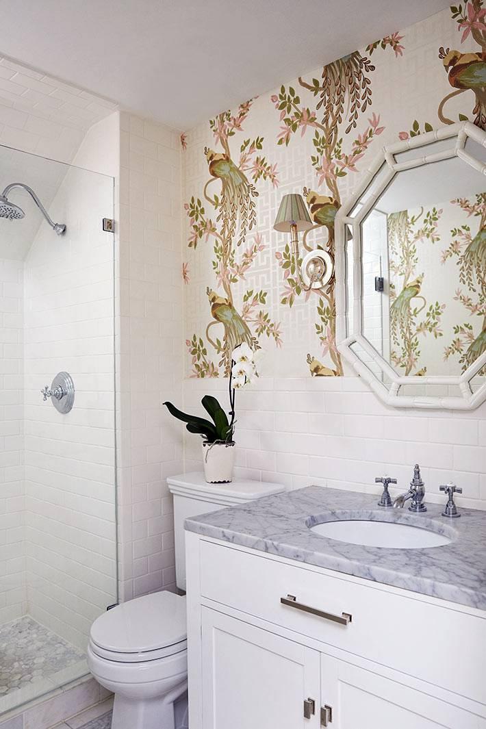 обои с расписным рисунком в белом интерьере ванной