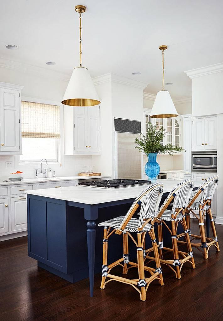 синий остров на белой кухне и бело-золотистые люстры