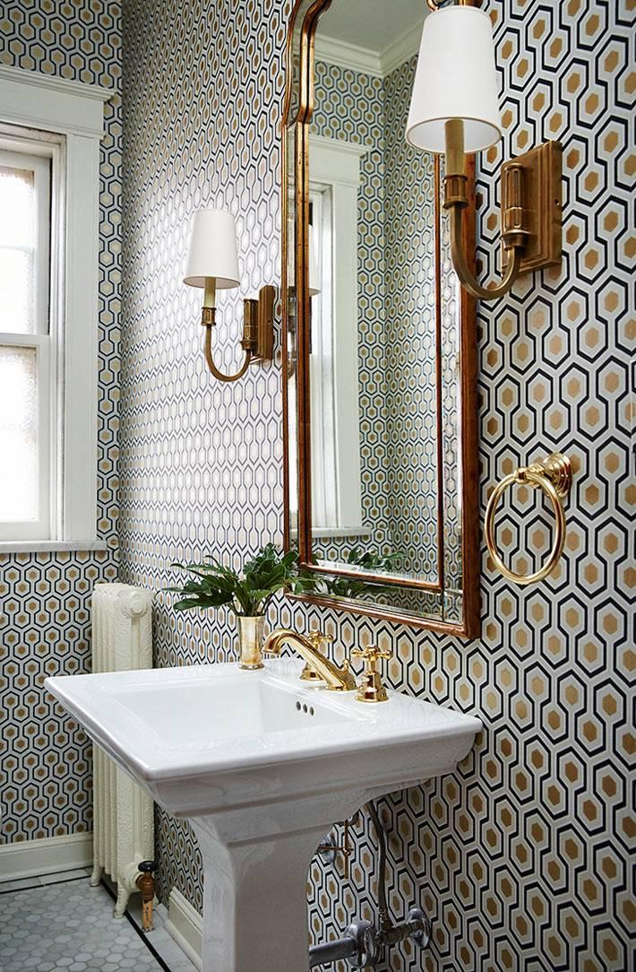 латунные аксессуары на зеркале и сантехнике в ванной