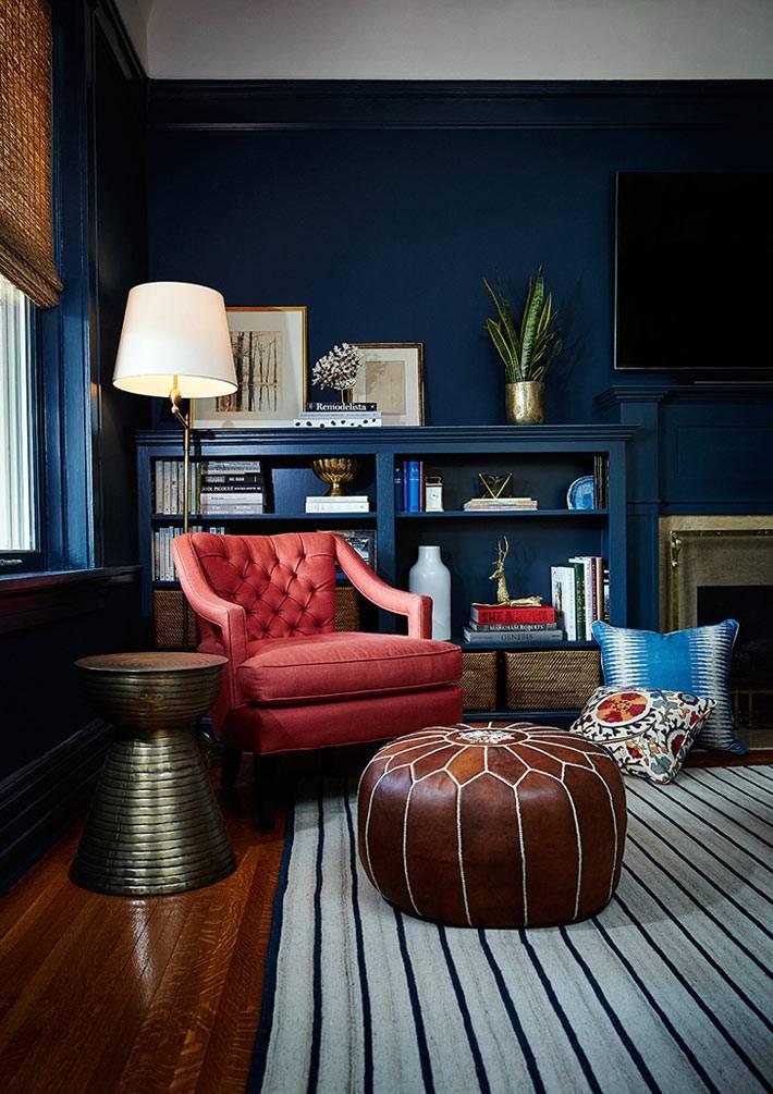 уютный уголок с розовым креслом, кожаным пуфом и подушками