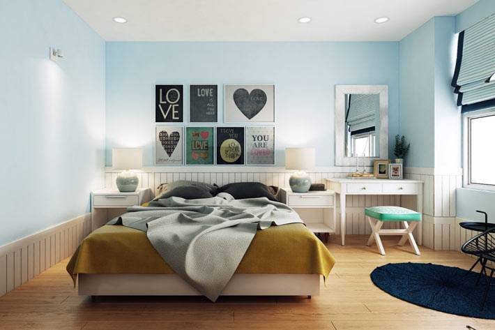 яркие акценты и картины на голубой стене спальни