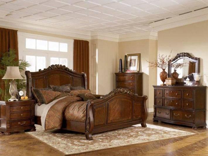 классическая спальня с мебелью из темного дерева фото