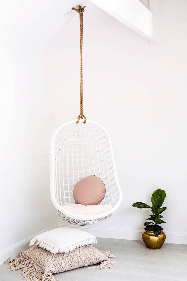 белое ротанговое кресло-качеля для уютного дома