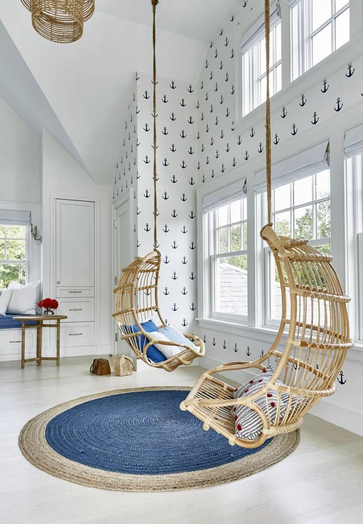 классные подвесные кресла из экологичного материала в большом доме