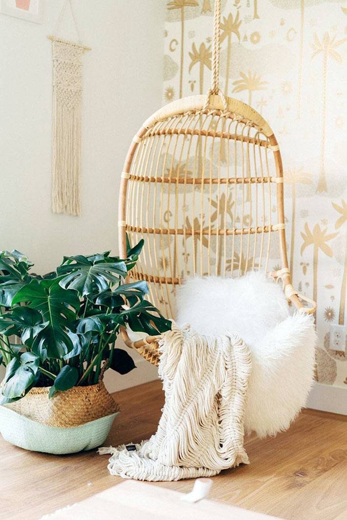 уютности в доме: пушистый плед и подвесное кресло-кокон