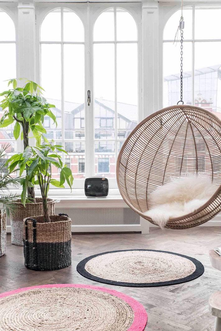 круглое кресло-шар, подвешенное к потолку комнаты