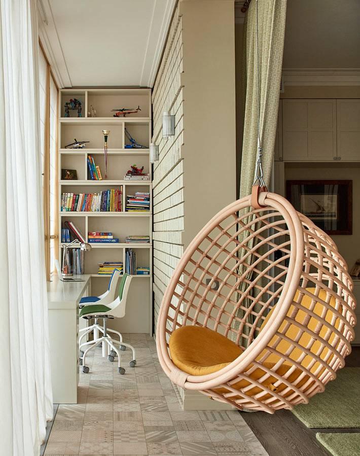 подвесное кресло к потолку балкона в детской комнате
