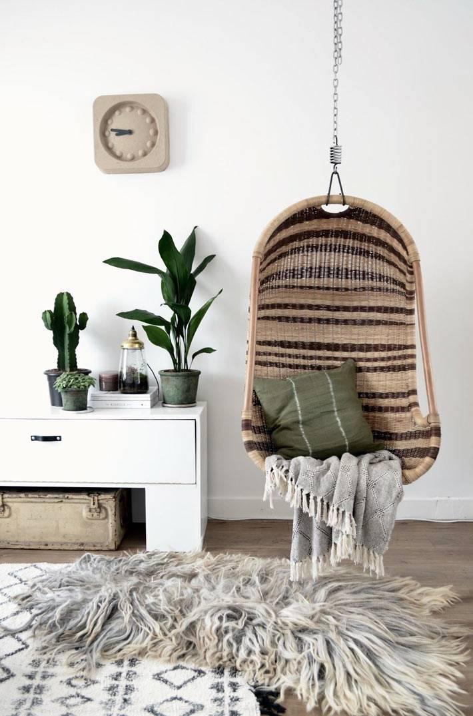 двуцветное ротанговое кресло под потолком в квартире