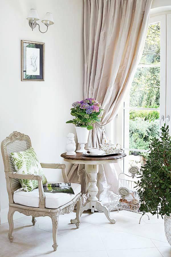 красивая антикварная мебель в прованском стиле в современном доме