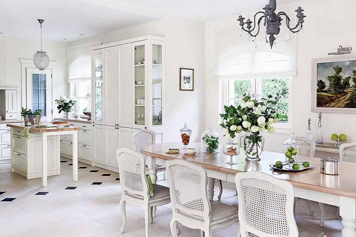 красивая белоснежная кухня с обеденным столом фото