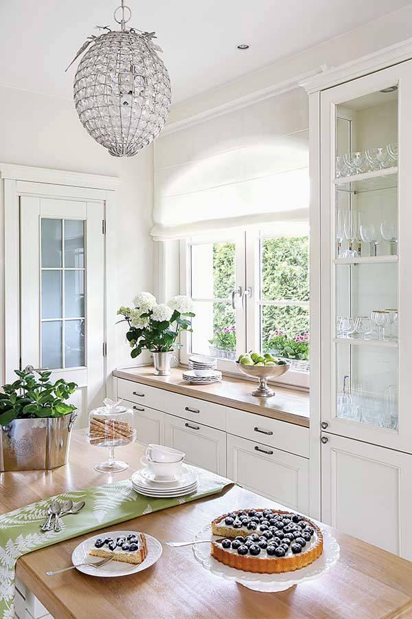 овальная хрустальная люстра как украшение домашней кухни