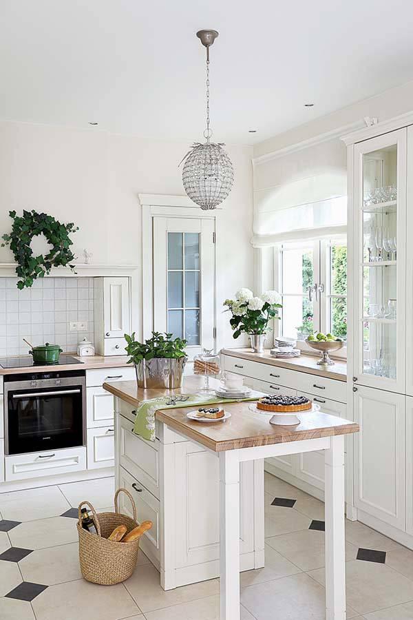 белое основание и деревянная столешница острова на кухни