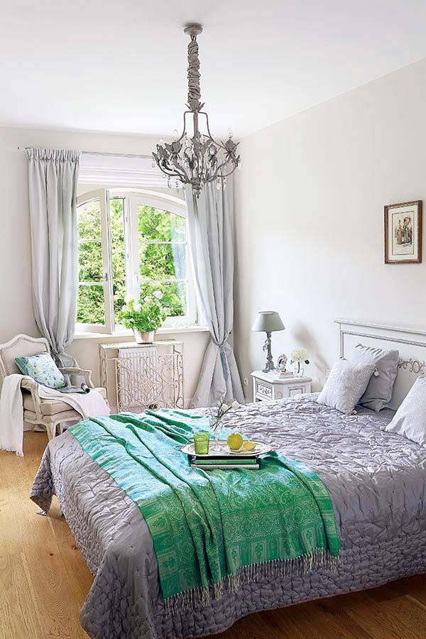 спальня выдержана в классическом стиле и сером цвете