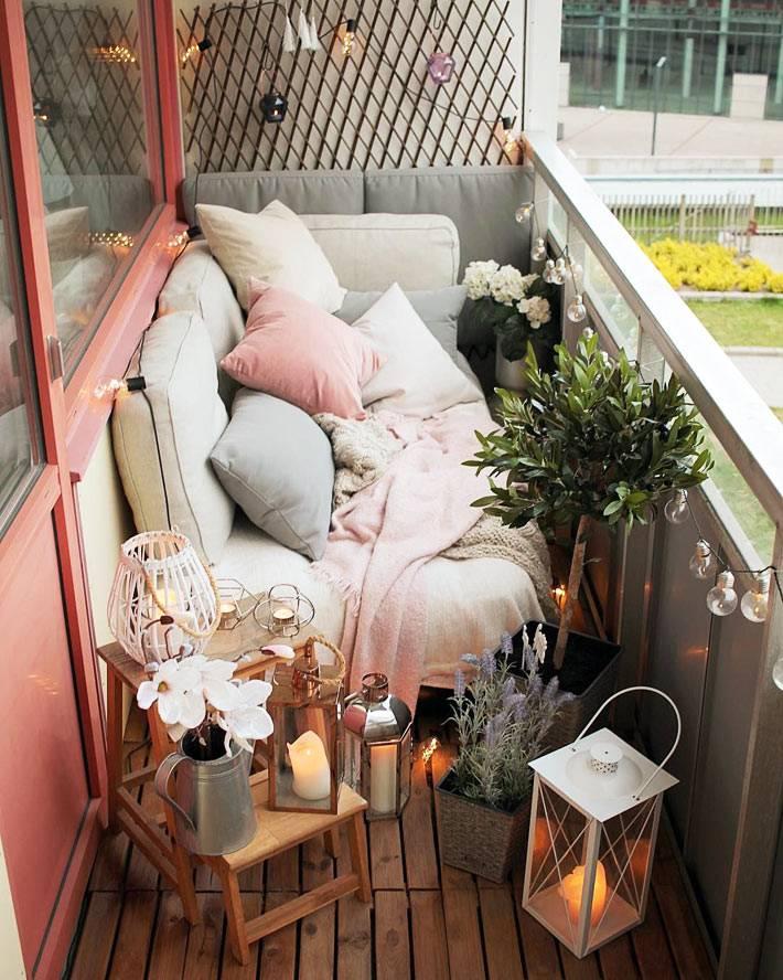 декоративные подушки, свечи и гирлянды на балконе