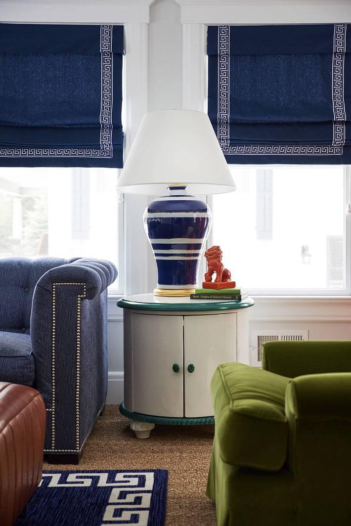 тканевые синий рулонные шторы на окнах в гостиной комнате