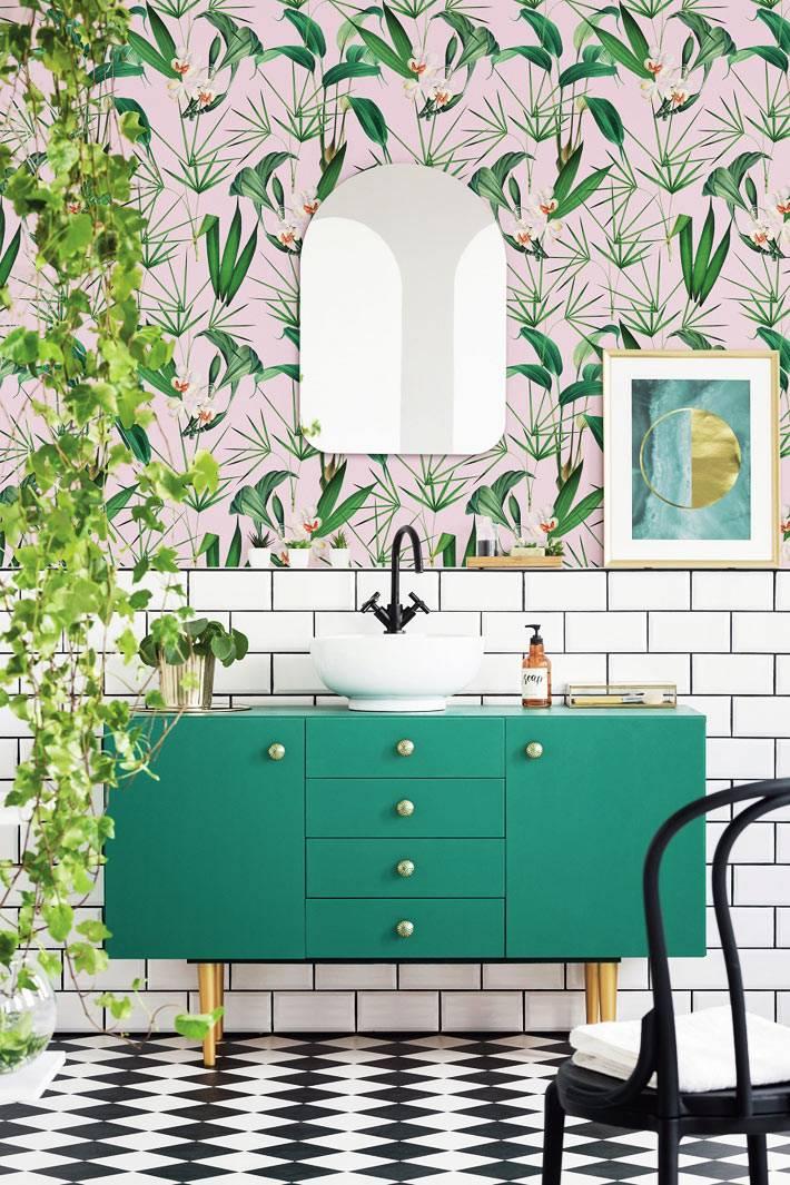 Зеркало и плакат над зеленым шкафом в интерьере ванной комнаты