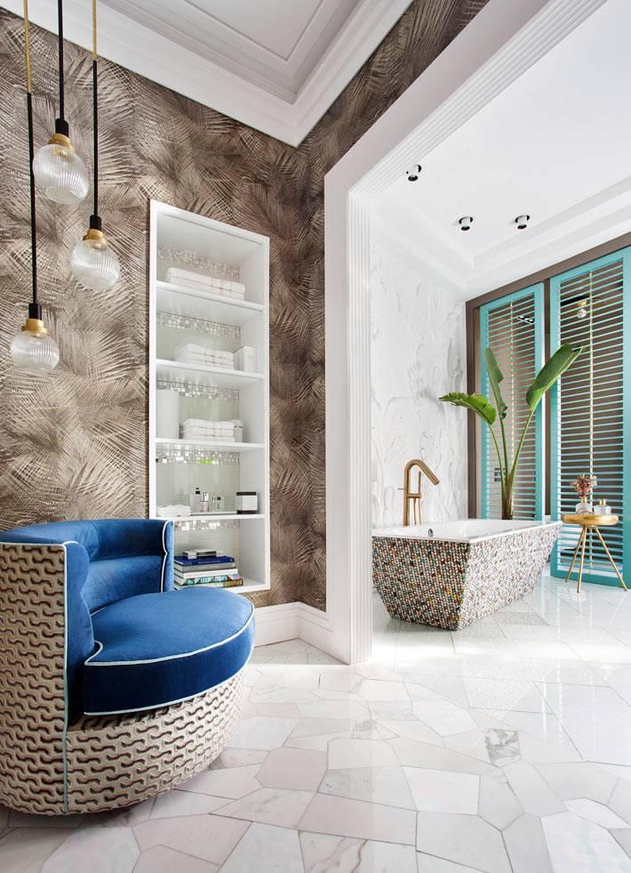 кресло как зона отдыха в современной ванной комнате