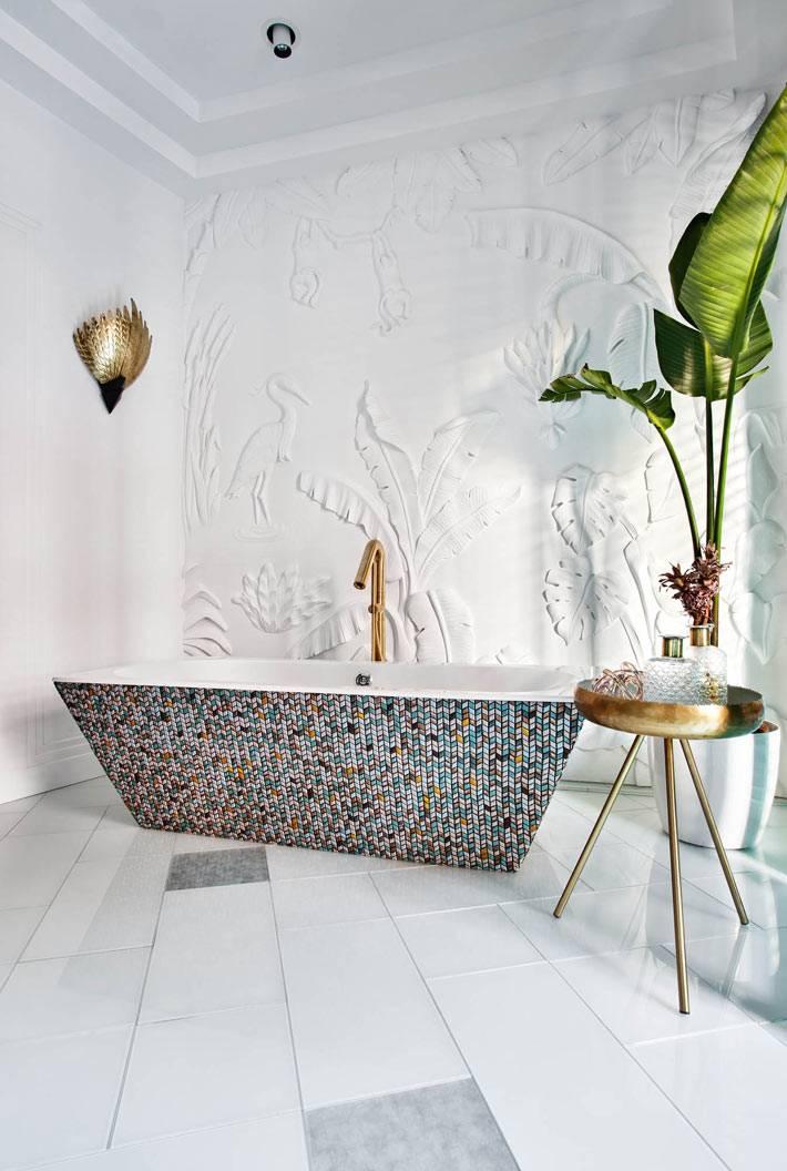 белая лепнина в виде узоров из листье на стене в интерьере
