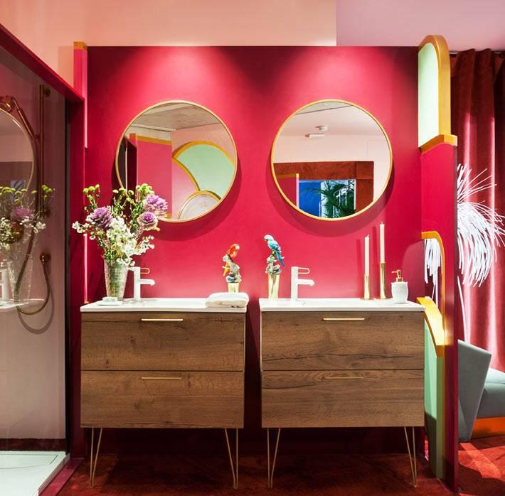 женственный и смелый дизайн ванной в малиновом цвете
