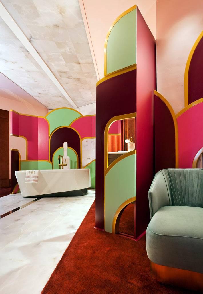 роскошное пространство ванной с диваном и декорациями