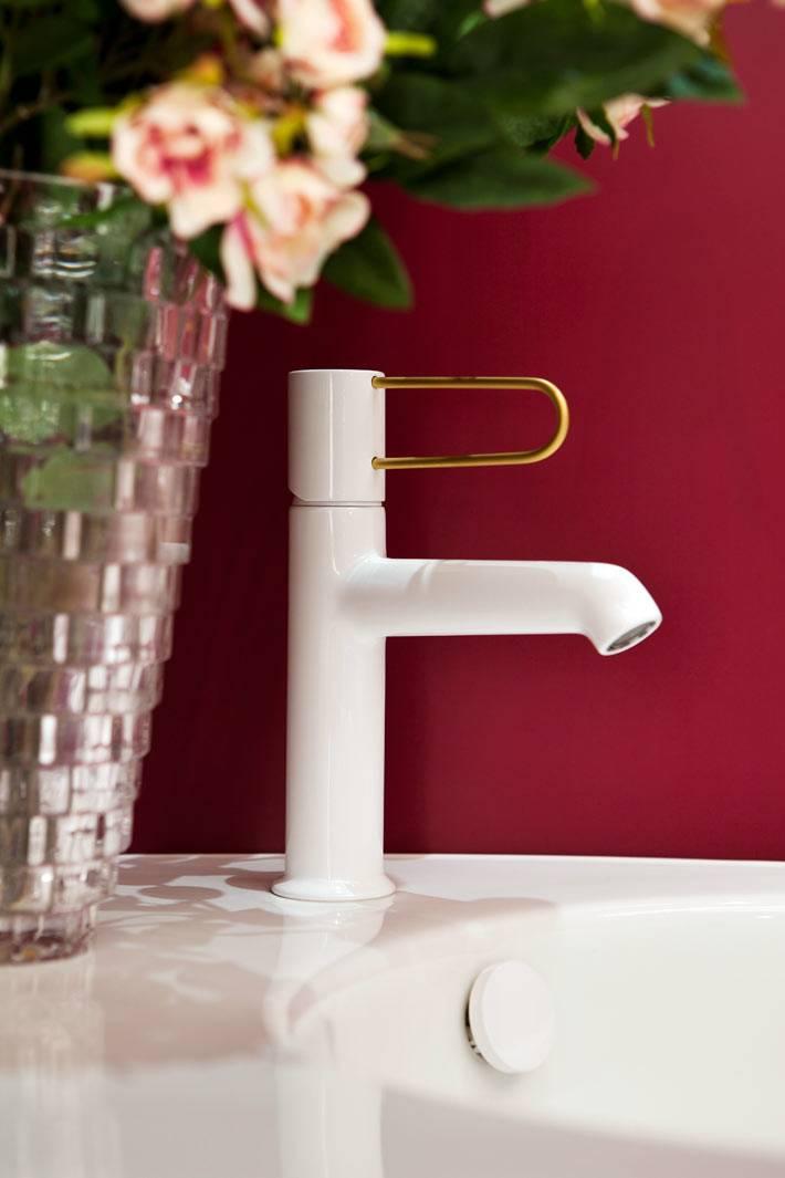 современная белая сантехника и стильные аксессуары для ванной