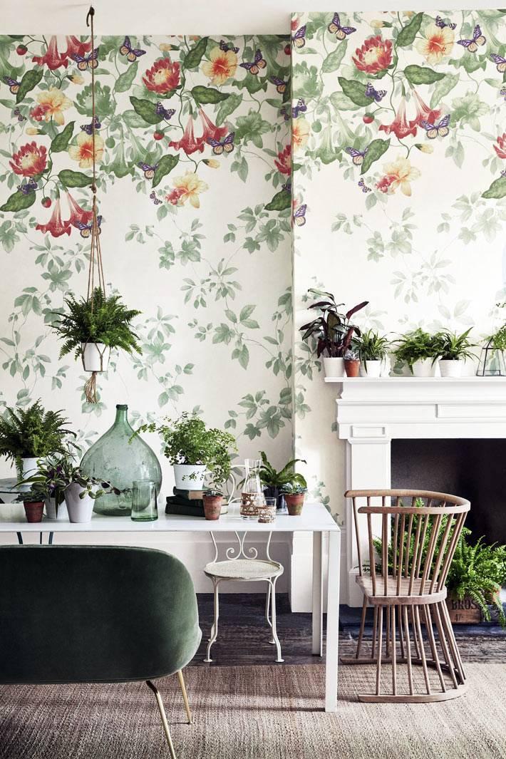 нежная цветочная роспись на стенах в комнате