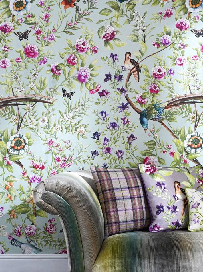 милая цветочная тематика с птицами украшает стены дома