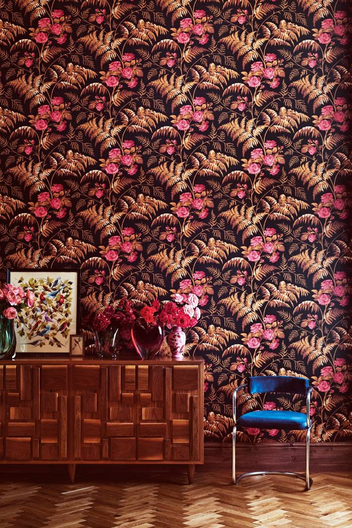 яркий и пёстрый рисунок на обоях коричневого и розового цветов