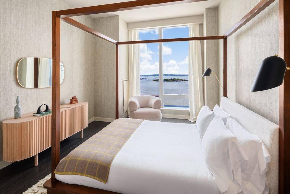 современная маленькая спальня с кроватью с балдахином