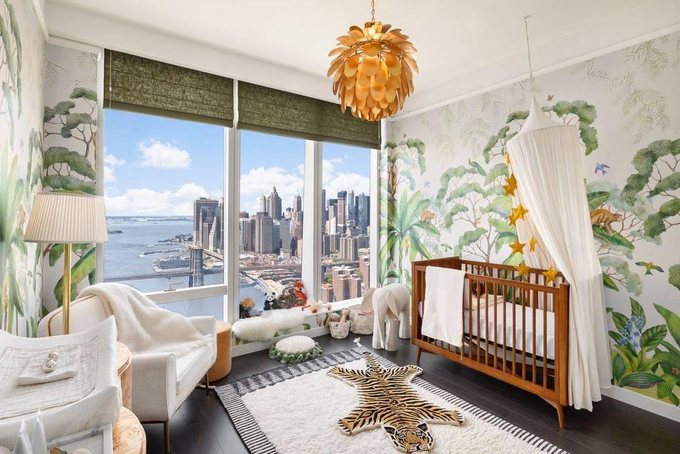 красивая детская спальня с расписными стенами и большим окном