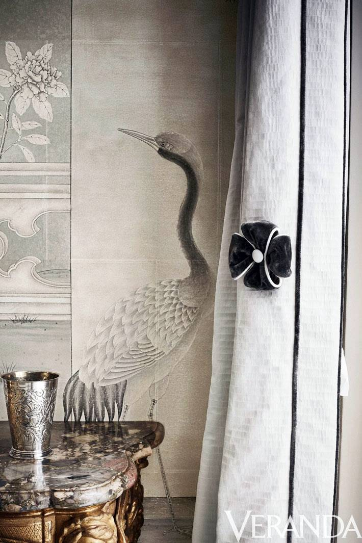 антикварная мебель и птицы на китайских обоях фото