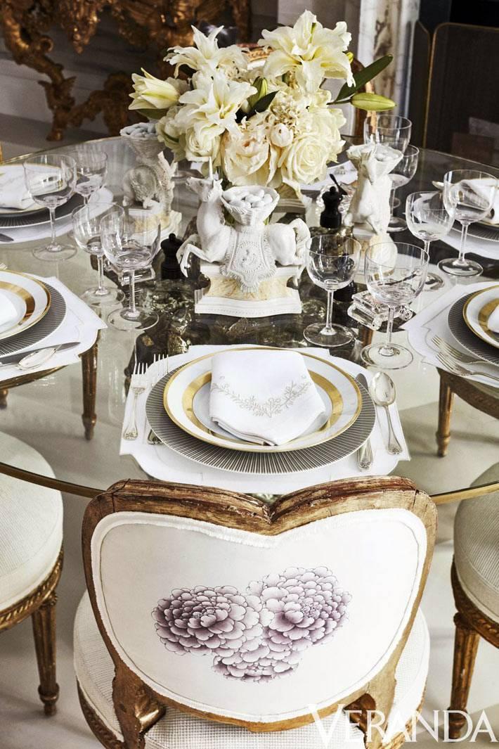 антикварные стулья за обеденным столом с красивой посудой