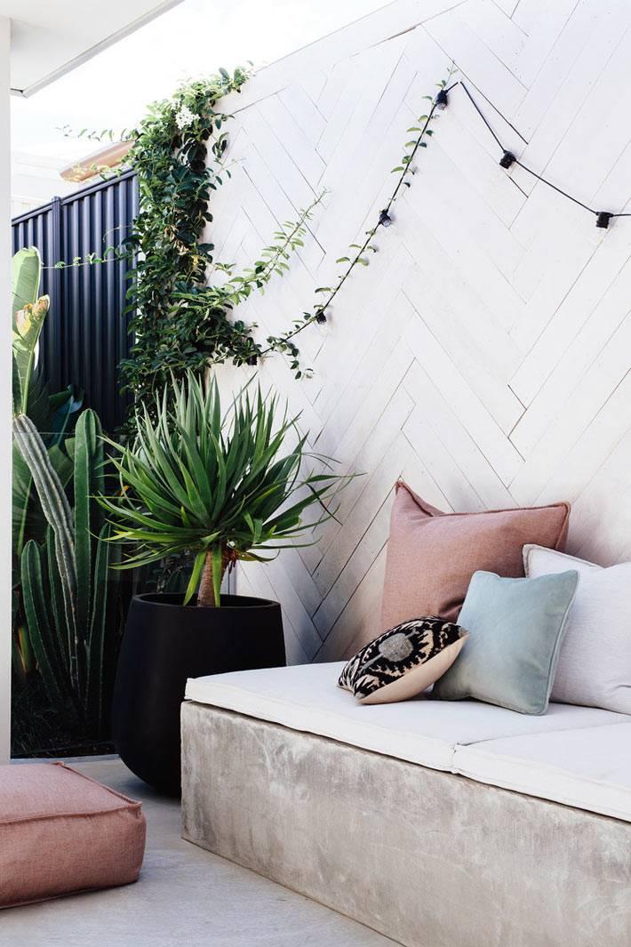 деревянный паркет-ёлочка на стене на террасе дома