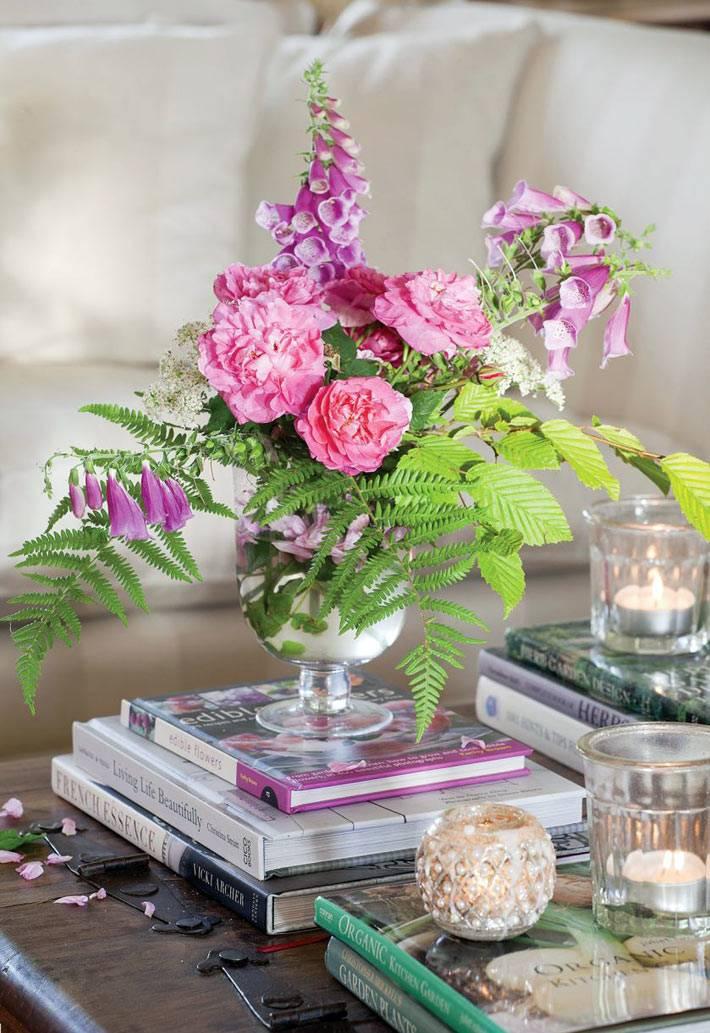 живые цветы в вазе стали украшением гостиной комнаты