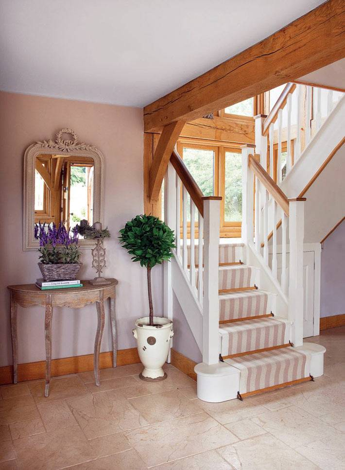 лестница на второй этаж из выбеленного дерева в доме