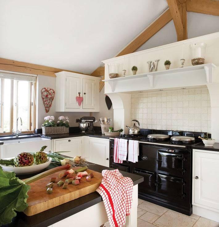 белый остров с черной столешницей из мрамора в кухне