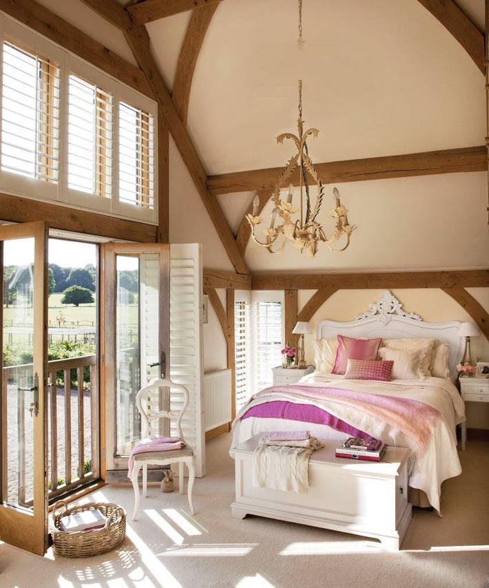 персиковый цвет в спальне на мансардном этаже дома