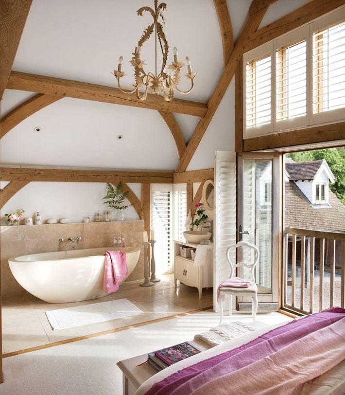 чаша ванной в одной комнате со спальней в доме