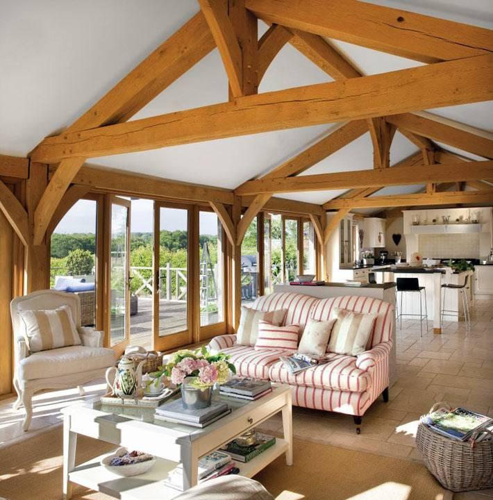 диван и кресла в кухне с балками на потолке
