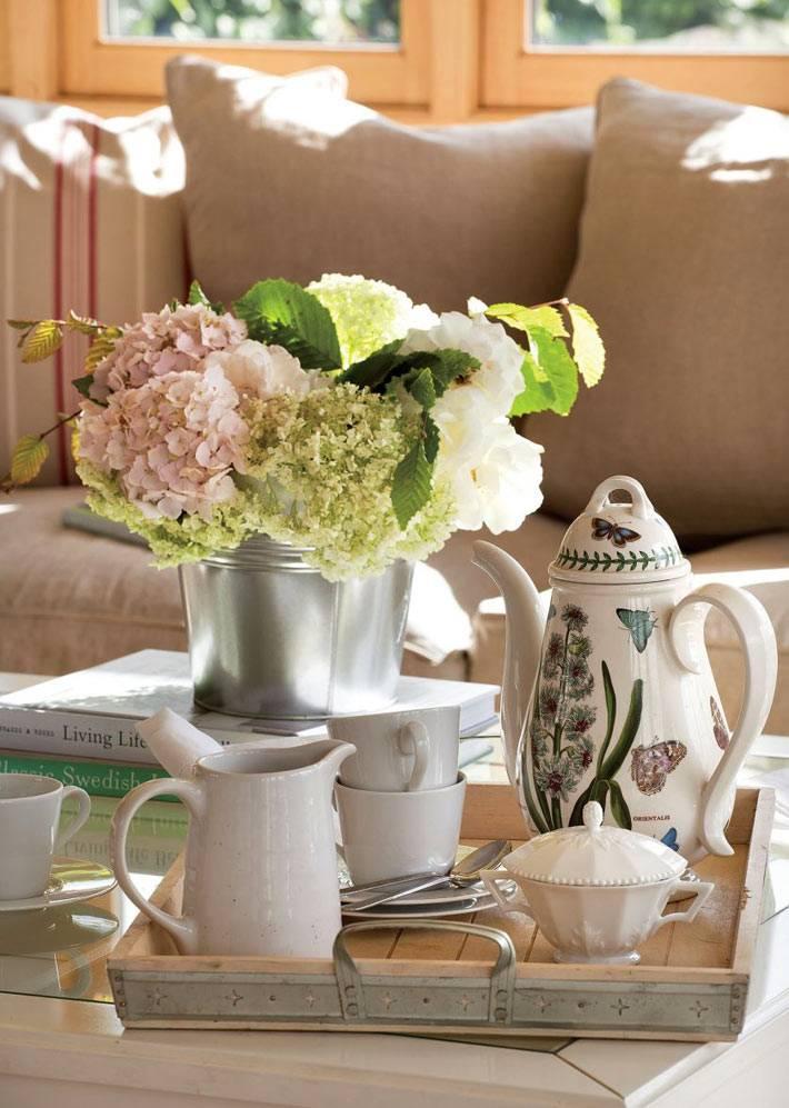 цветы и чайный сервиз - красивый декор кухни