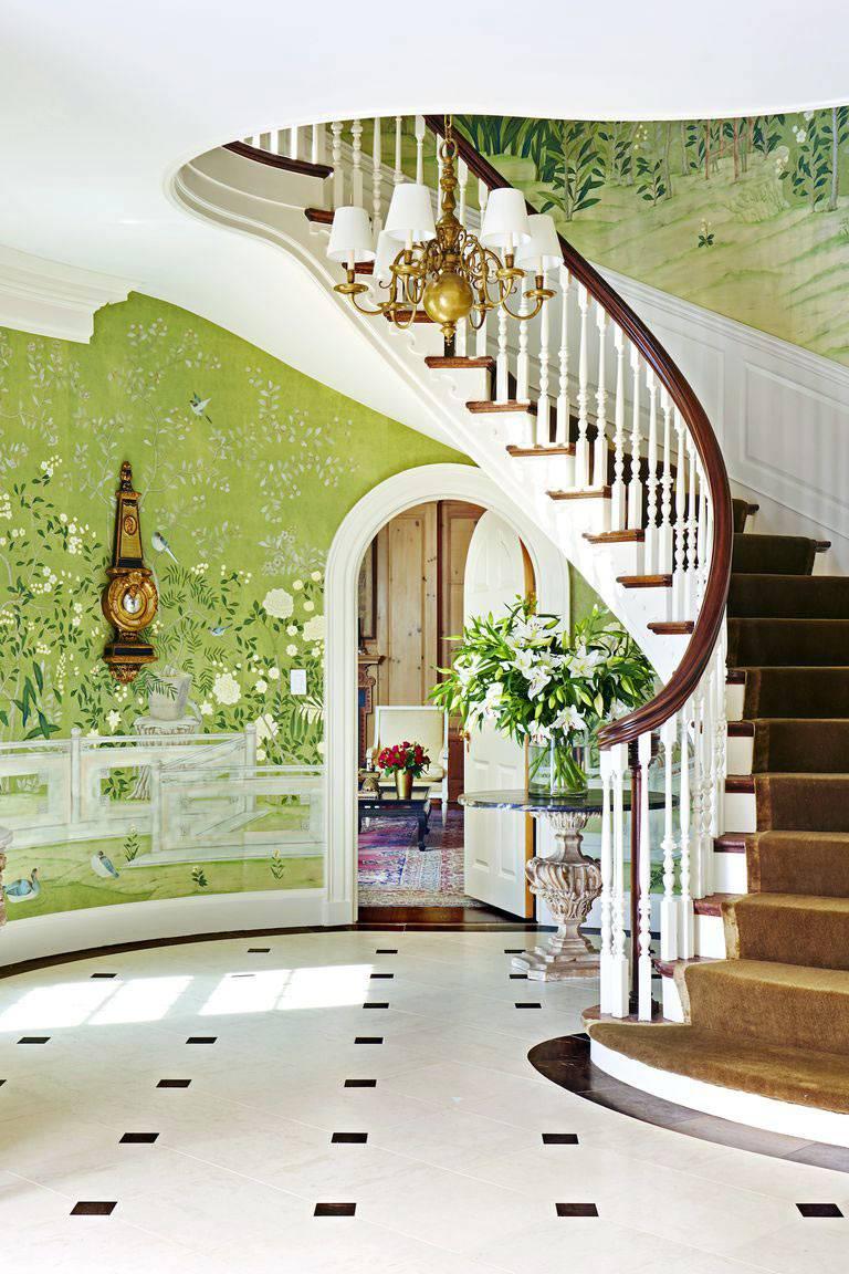 зелёные обои с флористической росписью на стенах холла дома